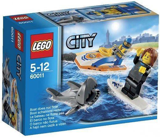 Help! Er zwemt een haai vlak bij de kust, maar de surfer heeft hem niet in de gaten. Schiet te hulp met je Kustwacht reddingsvaartuig en werp een reddingsboei naar de surfer toe. Haal hem aan boord voordat de haai hem kan aanvallen! Inclusief 2 minifiguren met accessoires: Kustwacht schipper en een surfer.   http://www.planethappy.nl/lego-city-surfer-redding-60011.html