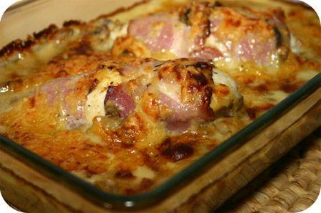 Op dit eetdagboek kookblog : Kipfilet met Champignon-Kaassaus uit de Oven - Ingrediënten: 2 kipfilets, zout, kipkruiden, 4 plakjes rauwe ham, 1 ui, tijm, 250 gram champignons, 250 ml kookroom (Bleuband Finesse), 1 kippenbouillonblo