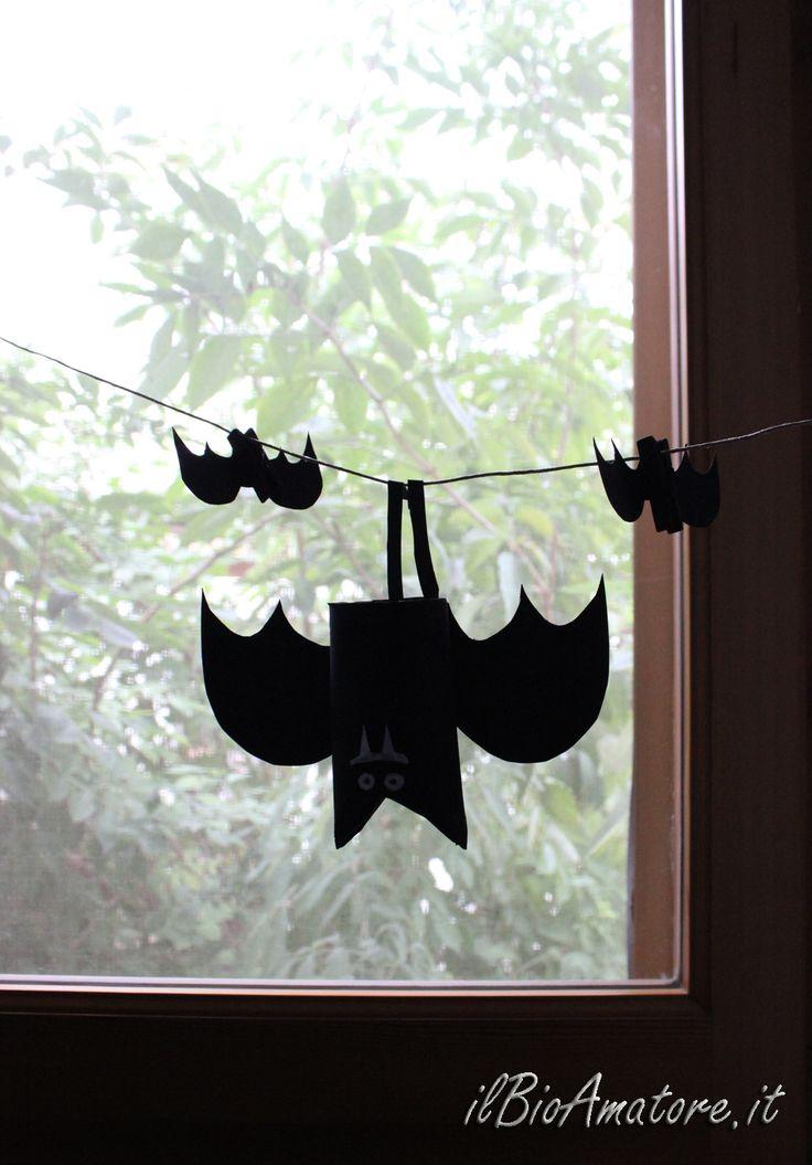 """Ecco altre due idee per realizzare le vostre decorazioni per Halloween utilizzando materiale di riuso. Sono davvero semplici e divertenti da costruire, soprattutto con i bambini. Iprotagonisti questa volta sono: rotoli di carta igienica e mollette di legno per il bucato. Con un po' di fantasia, sono diventati dei """"paurosi""""…"""