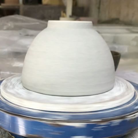 How to comb a bowl 😜  Playing with simple tools and texture.  .  .  .Tap for 🎶 .  .  .  .  .  #gayaceramic #gayacac #clayeverydamnday #eatclaylove #ceramics #ceramic #porcelain #pottery #carving #texture #handmade #art #style #homedecor #homeware #decor #perfumebottle #interiordesign #interior #decoration  #tableware  #bottle #hotel #hospitality #perfume #bali #ubud #instacool #instavideo @pottery_videos @insta_pottery @potterymakinginfo  .