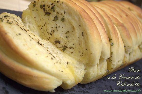 bonjour tout le monde, voila une recette de pain a la crème de ciboulette, qui ne va jamais plus quitté votre table, c'est une promesse de ma part, hihihiih un pain super délicieux, une mie très filante, chez nous en tout cas, ca n'a pas fait long feu… essayez cette recette, et dites moi votre avis.