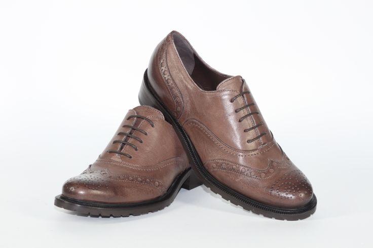 Daniele Tucci Shoes propone una Vasta Gamma di Colori per il Modello di Francesina Bassa. Calzature comode, con i lacci, un must have della stagione moda A/I 2013-2014. Color Legno Fondo Roccia