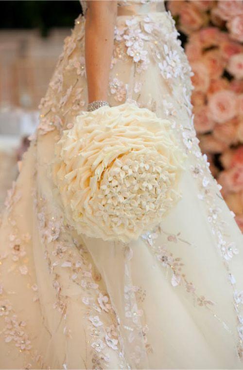 Bó hoa độc đáo màu trắng tinh khiết, lấy cảm hứng từ họa tiết ren trên váy cưới cô dâu.