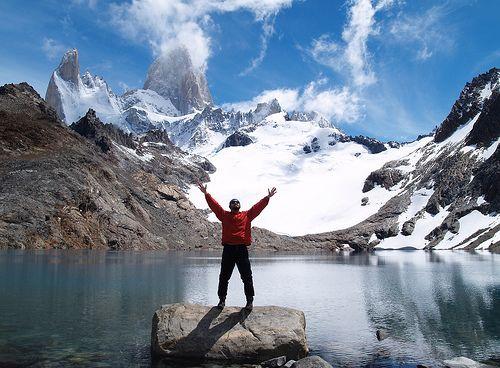 Las crestas del Monte Fitz Roy  Casi en el límite entre Chile y Argentina, en los Campos de Hielo Patagónico Sur, un paisaje de montaña desafía la escala de lo imponente: el monte Fitz Roy asoma como crestas de roca entre glaciares y nubes en un colorido único: