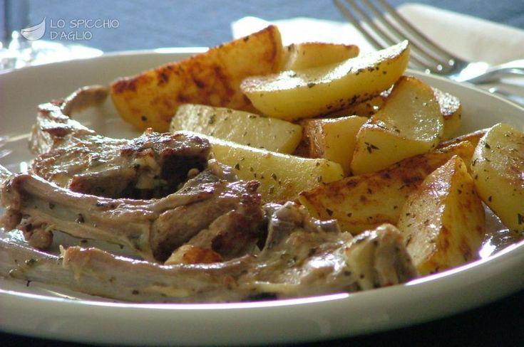 Le costolette di agnello in padella con patate sono una ricetta per la preparazione delle costolette un po' diversa dalla più tradizionale scottadito, ma ugualmente buona.