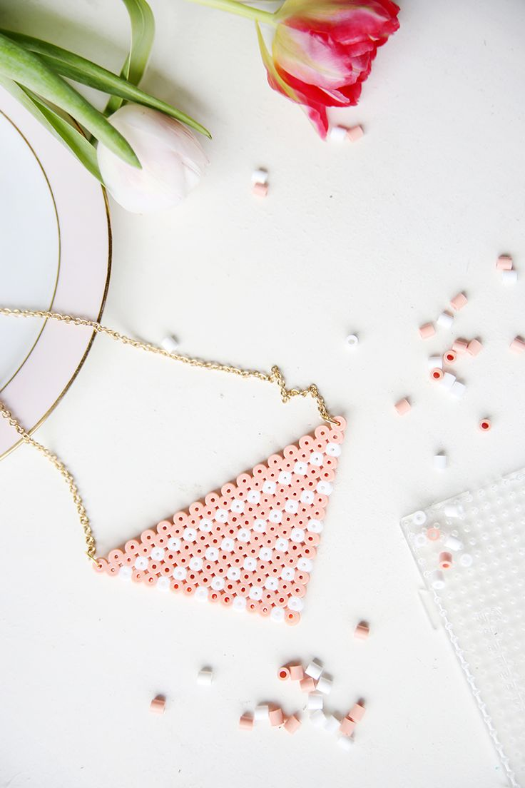 Kreative DIY Idee: Bügelperlen-Kette in Weiß und Rosa selbstgemacht