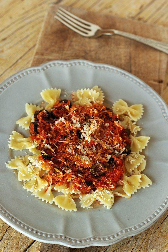 Laços com molho de tomate, atum e azeitonas
