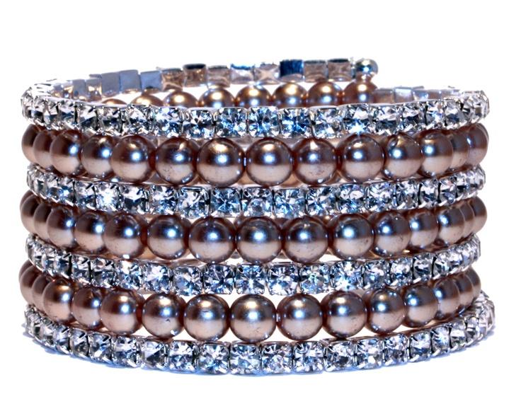 Stort, stilrent armbånd med perler og brillianter. Fås i 6 forskjellige farger.