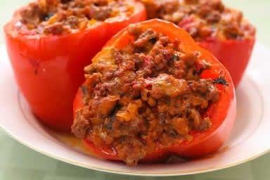 Peperoni ripieni di verdure miste, pomodori e carne