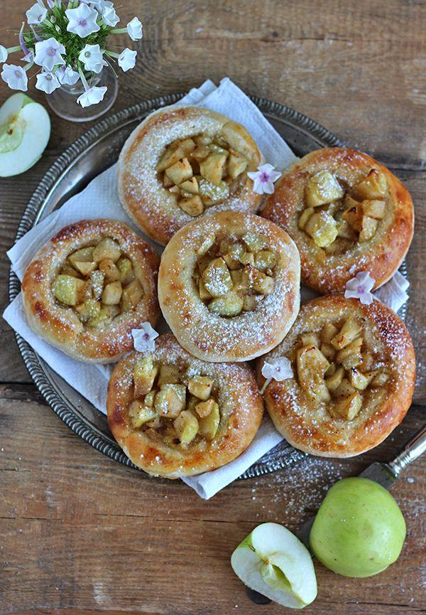 Jogurtowe bułeczki z karmelizowanym jabłkiem