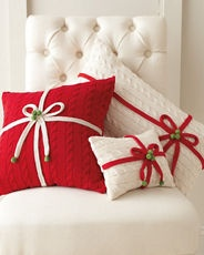Almohadas navideñas con aspecto de regalos. #DecoracionNavidad