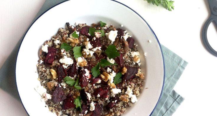 Wat inspiratie voor een gezonde en vitaminerijke salade, deze quinoa salade met geroosterde bietjes en geitenkaas... over een goed huwelijk gesproken...