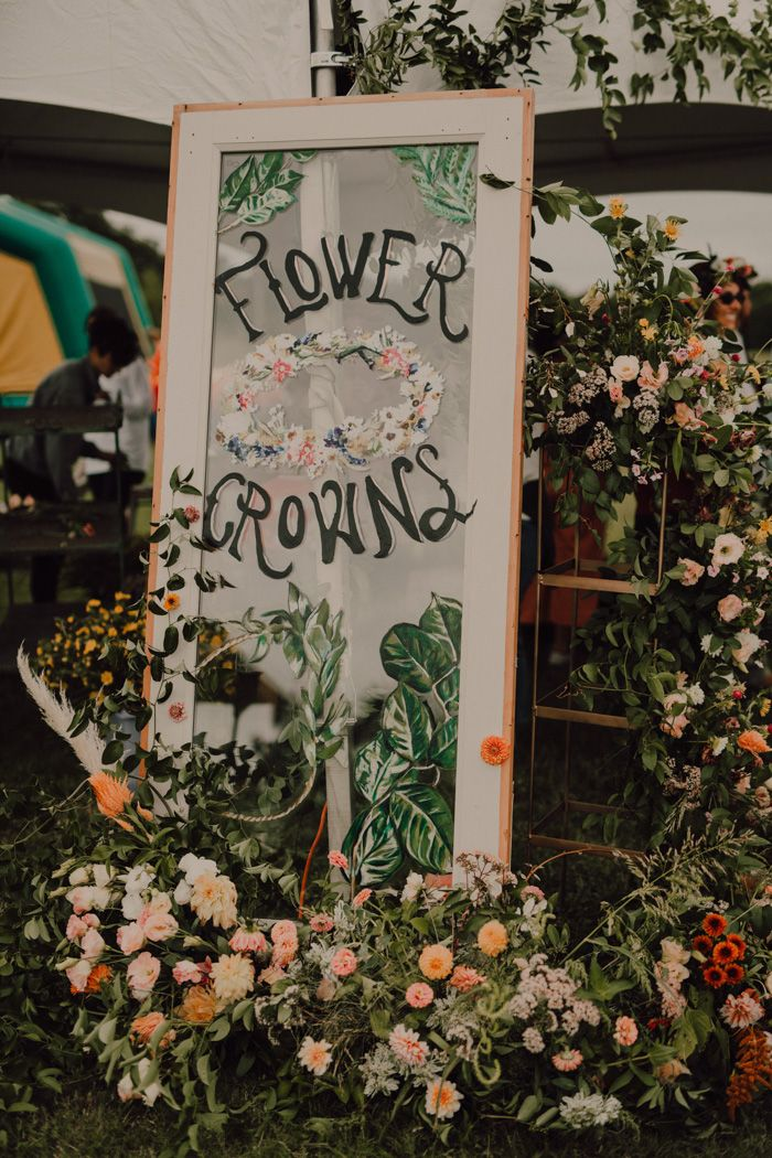 Entzückende + üppige Blumenkronenstation bei diesem von Boho inspirierten Empfang | …   – Bohemian Wedding Inspiration