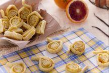 Le tagliatelle dolci di Carnevale, sono dolci fritti tipici dell'Emilia Romagna preparati appunto per questa allegra e folle festa. Le tagliatelle dolci vengono preparate con l'impasto delle comuni tagliatelle all'uovo, simbolo emiliano; la sfoglia, prima di essere arrotolata e tagliata a rotelle, viene spolverizzata con dello zucchero e cosparsa di scorza di arancia grattugiata, per poi essere fritta in abbondante olio di semi e cosparsa di zucchero al velo. Divertitevi a realizzare le…
