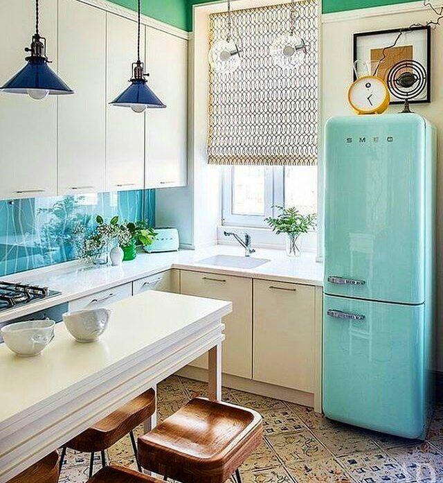 Bom dia com esta cozinha lindinha! Repara a mesa /balcão a geladeira os assentos!!!'