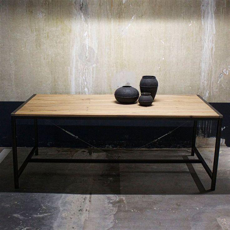 Lekker eten, borrelen of gewoon de krant lezen. De Spinder Design Blacksmith Eettafel nodigt uit tot aanschuiven! Deze prachtige, robuuste tafel is gemaakt van staal en heeft een eikenhouten tafelblad. Een paar mooie stoelen en de eethoek is klaar!