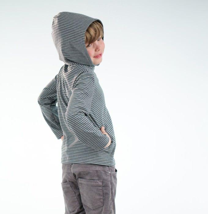Schnittmuster Kindershirt Julius, Der einfache Shirtschnitt Julius ist schmal geschnitten und schützt mit Kapuze vor Sonne und Wind. Kann auch als Sweatshirt genäht werden. Dieser Schnitt ist einfach zu nähen und auch für NähanfängeInnen geeignet.  Mehrgrößenschnitt: 86/92/98/104/110/116/122/128/134/ 140/146/152/158