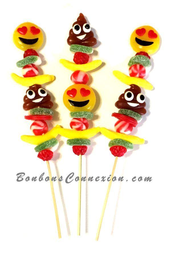 Les nouveaux bonbons décoratifs Emoji sont super amusants pour faire des brochettes! The new Emoji deco candies are super fun to make candy kabobs!