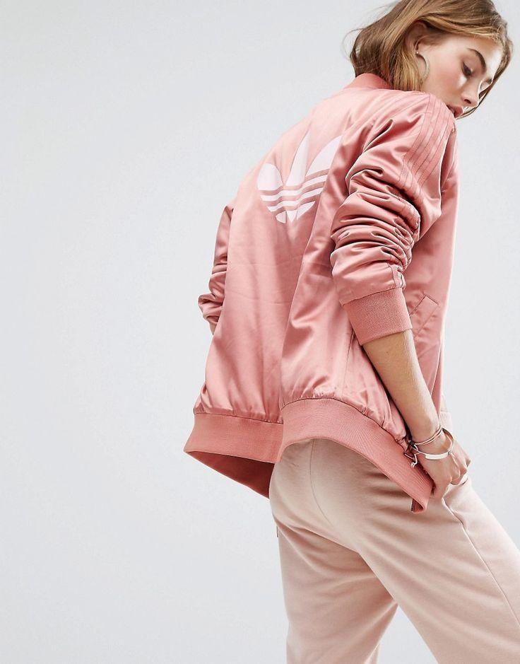 ¡Cómpralo ya!. Cazadora bomber rosa polvareda con logo en la espalda de adidas Originals. Cazadora bomber de Adidas, Tejido sedoso, Cuello ribeteado, Cierre con cremallera, Diseño con detalle de la marca, Bolsillos funcionales, Ribetes ajustados, Corte estándar - se ajusta al tallaje real, Lavar a máquina, 96% poliéster, 4% spandex, Modelo: Talla UK 8/EU 36/USA 4. ACERCA DE ADIDAS Founded more than 60 years ago, Adidas is one of the most iconic streetwear brands in the world. Su incompa...