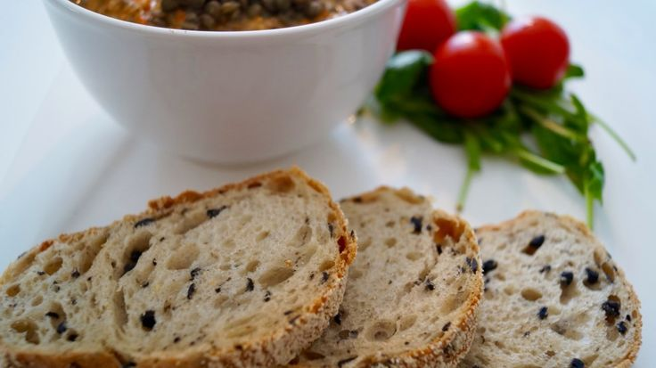 I love vegetables spreads and I could happily eat them for every meal! Spreads made of beans and lentils are especially one of my favorites because they are a great source of protein and minerals. This creamy lentil-capsicum spread is very delicious and you can enjoy it with bread or add it to a vegetable quinoa, rice or potato bowl.