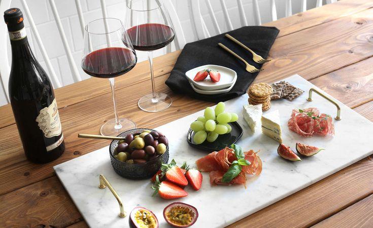 Hemmafix: Gör din egen stilrena charkbricka, ostbricka eller serveringsfat av marmor och mässing