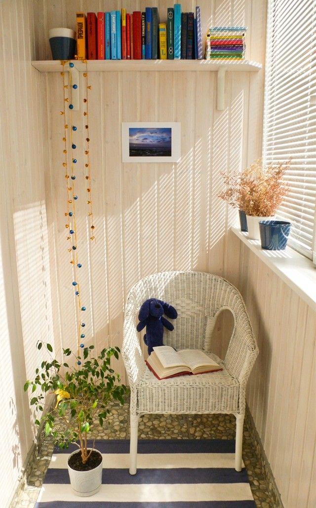 Плетенное кресло на балконе