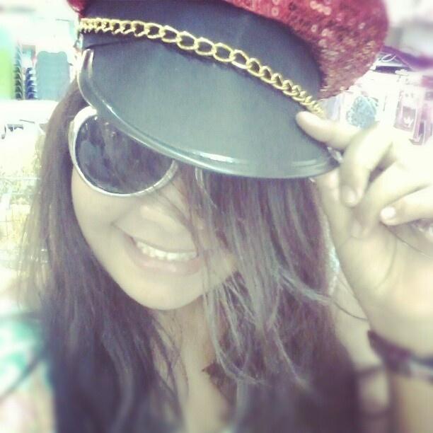 Chapéu de policial fashion da Le biscuit. Foto do Instagram de @poxa__bea