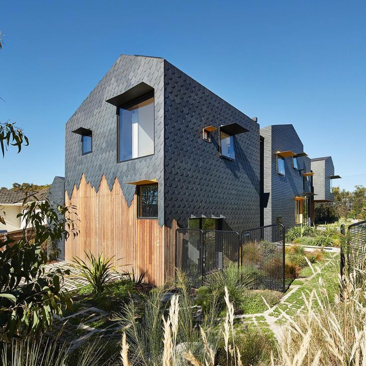 Slate shingles are arranged in various patterns across the outer walls of the house-shaped blocks that make up this multigenerational residence in the Melbourne suburb of Kew by Austin Maynard Architects. Find out more on dezeen.com/architecture #architecture #house #shingles #Australia Photograph by Peter Bennetts.