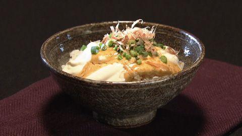 クリーム豆腐のねぎトロリ丼    [材料]クリーム豆腐 ごはん わさびしょうゆ ねぎ かつおぶし (お好みの量で)  [作り方] 1.  ごはんにクリーム豆腐をたっぷりかける 2.  わさびじょうゆをかける 3.  お好みで、ねぎ、かつおぶしをのせる