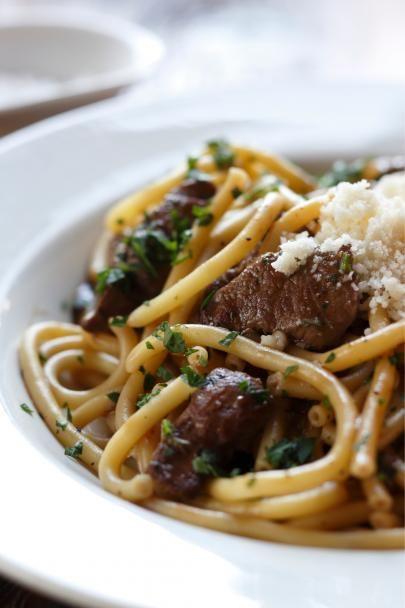 Agnello-pasta on hienostunut äijäpasta, jossa yhdistyvät lampaan sisäfilee ja tuhti punaviinikastike.