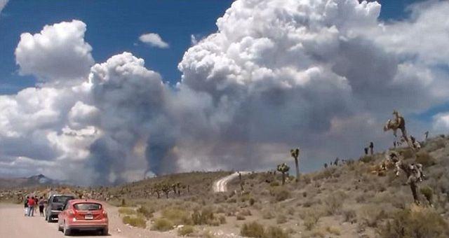 Diese mysteriösen Rauchschwaden wurden nahe des streng geheimen Militär-Sperrgebietes um Area 51 im US-Bundesstaat Nevada von einem Amateur-Filmer aufgenommen. Über das neu aufgetauchte Video wird …