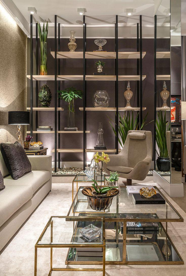 Foto-7---Com-prateleiras-de-madeira-e-estrutura-de-metal,-estante-do-Lounge-ganha-destaque-no-espaço