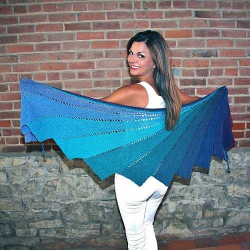 Flot sjal konstrueret af 12 trekanter forskudt for hinanden. De strikkes i 12 forskellige farver, hvor nuancerne glider over i hinanden. Her i uld på pinde 4. Læs mere ...