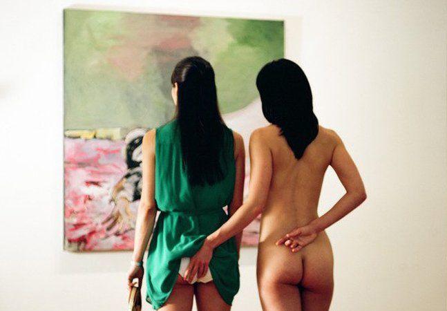 O corpo humano e o erotismo são provavelmente os dois universos mais explorados por fotógrafos em seus trabalhos mundo a fora. Há de se entender: pouca coisa é tão fascinante, instigante e literalmente excitante como nossos próprios corpos. Mas justamente diante de tanta exposição, conseguir fugir do lugar comum na hora de realizar registros eróticos não é tarefa simples – e é esse o grande propósito do trabalho do artista japonês Noritoshi Hirakawa. Sem perder o calor da intimidade e a…
