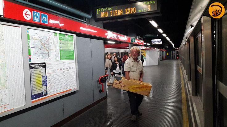 L'arnia top bar in viaggio sulla linea metropolitana verso lo Slow Food Theater di Expo