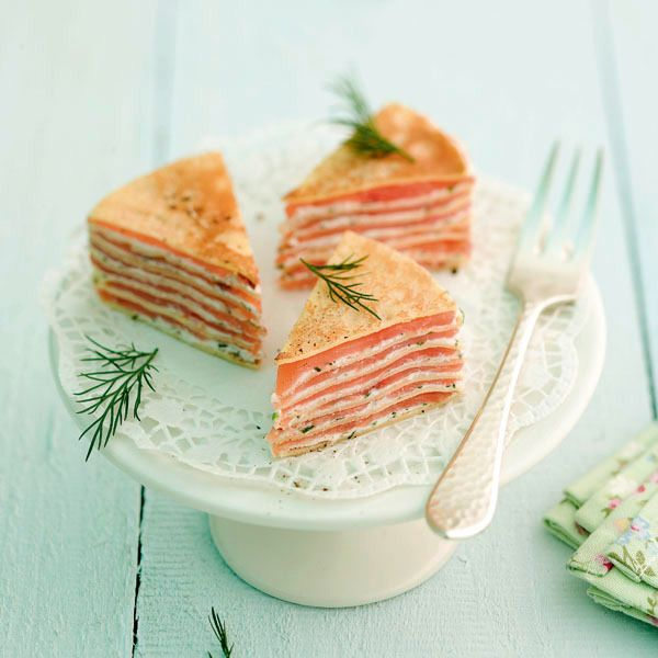 Die Räucherlachs-Crêpes-Torte ist ein Genuss. Statt des Räucherlachs können Sie natürlich auch mit anderen Zutaten variieren, wie z. B. Schinken.