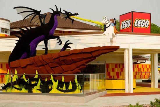 Disney <3  Completely built with Legos: Disney Downtown, Disney Marketplac, Disney Lego Stores, Lego Sculpture, Disney Dreams, Downtown Disney, Lego Creations, Apartment, Lego Houses