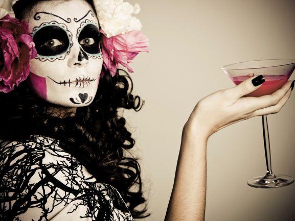 Die Einladung zur Halloween-Party kam überraschend und kurzfristig. Kommen Sie jetzt bloß nicht auf die Idee, dass ein bisschen rote Farbe im Mundwinkel und ein rot-bekleckster Kittel als Halloween-Kostüm ausreichen. Wir haben Tipps für Sie, wie Sie auch mit einem Last-Minute-Make-up der Mittelpunkt jeder Halloween-Party werden. http://www.fuersie.de/lifestyle/halloween/artikel/halloween-schminke