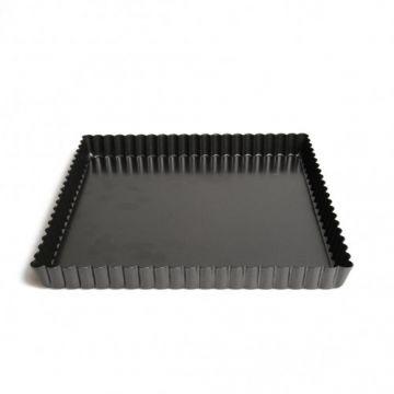Vierkante taartvorm, vertind metaal, met geschulpte rand, voor het maken van bv. (hartige) taarten en quiches. Door de losse bodem kan de taart na het bakken gemakkelijk van onder uit de vorm worden geduwd. Zet hiervoor de - iets afgekoelde - taartvorm op een conservenblik en duw de buitenrand voorzichtig naar beneden. Het zwarte metaal heeft als eigenschap dat het de ovenwarmte goed verdeelt, waardoor het deeg mooi gelijkmatig gaar wordt. Afmetingen 23 x 23 x 2 cm.