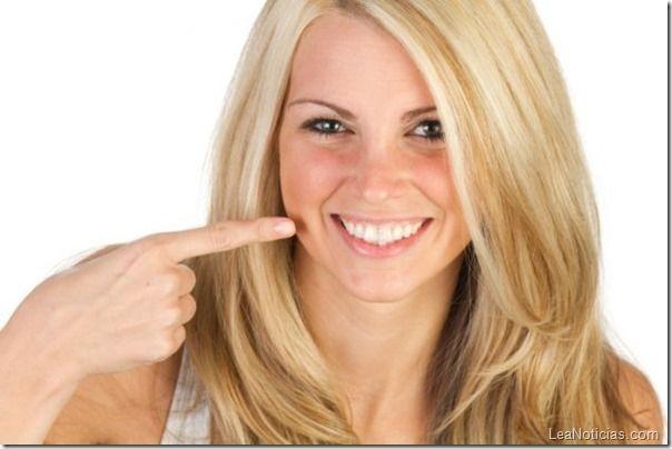 ¿Dientes manchados o amarillos? Con este sencillo truco casero quedarán geniales - http://www.leanoticias.com/2013/08/13/un-remedio-casero-y-natural-para-blanquear-los-dientes/