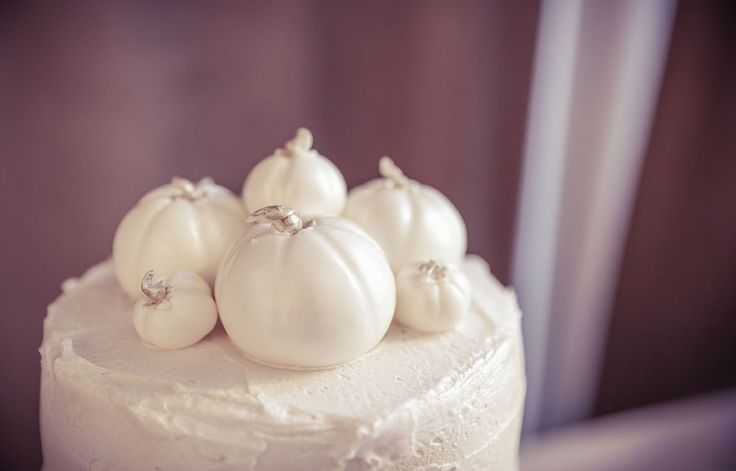 Autumn pumpkin cake topper | Vintage style wedding photography | www.newvintagemedia.ca | Berkeley Fieldhouse