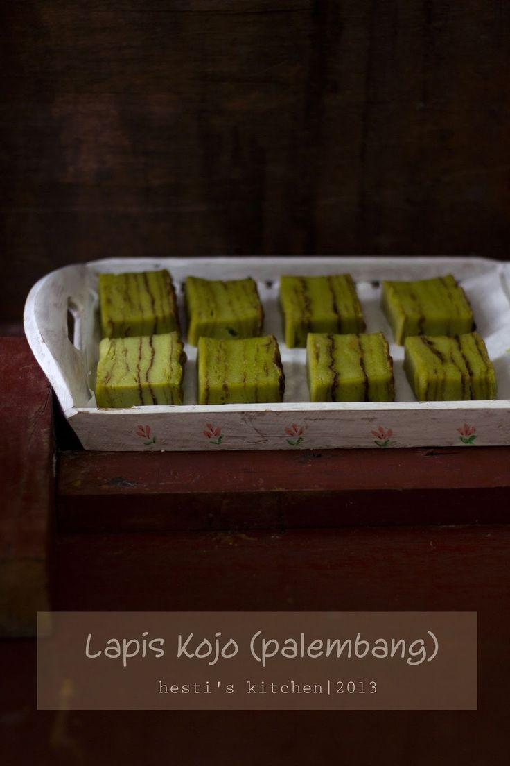 Aku kenal kue ini sewaktu tempo hari ikutan challenge IDFB Kue Berlapis. Waktu itu mom Elly setor kue ini. Glekh...langsung ngil...