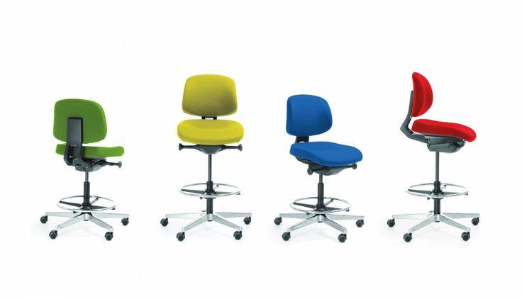 Fotel Lift to najlepsze rozwiązanie do stołów z regulacją wysokości. Nie potrzebujesz już dwóch produktów: fotela i hokera. LIFT to model, który łączy obie te funkcje. #elzap #meblebiurowe #biuro #krzesło #praca #pracabiurowa #workspace #chair #work #furniture