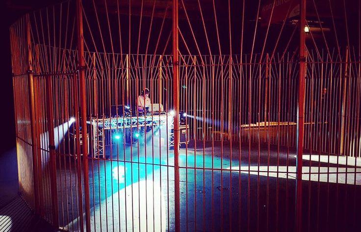 Een pannakooi is een geweldige Silent disco area. De kooiconstructie van metaal zorgt voor een leuke scheiding tussen de omstanders en de Silent disco feestgangers. Vals meezingende mensen, leuke dansmoves en hilarische momenten.