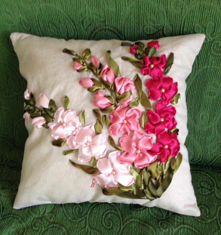 Cuscino con gladioli ricamato con nastri di seta... fatto da me