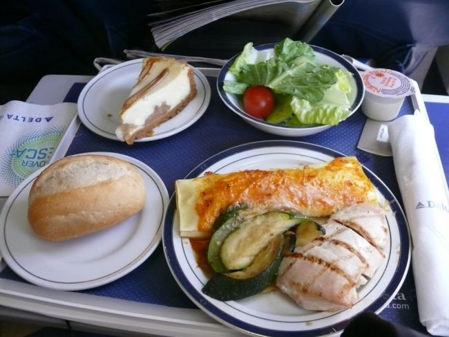 Delta Airlines Business Class LunchDelta Airlines's food service is excellent, approaching Continental Airlines's, since the 2007 systemwide service revamp.