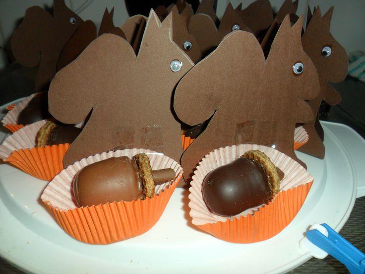 Eekhoorntjes met eikeltjes, leuk voor de verjaardag van herfstkinderen. traktatie van chocoladezoentje , stroopwafel en een chocostick. Eekhoorn geknutseld.
