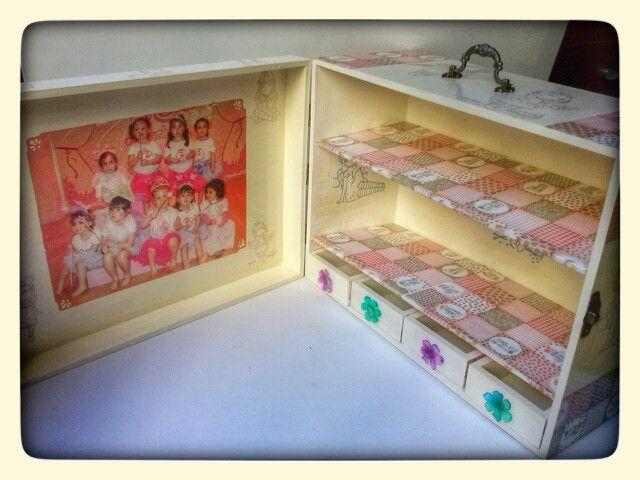 Mini armario para tener tus cosas preferidas junto a tus fotos preferidas.Adaptado a la decoracion de tu habitacion.