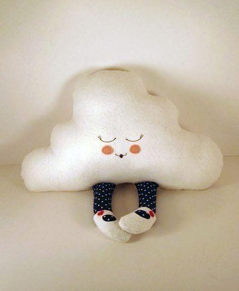 Cojín con forma de nube y piernas