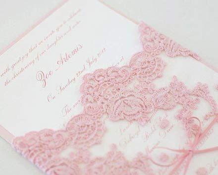 um sonho! Convite de casamento rosa com renda bordada